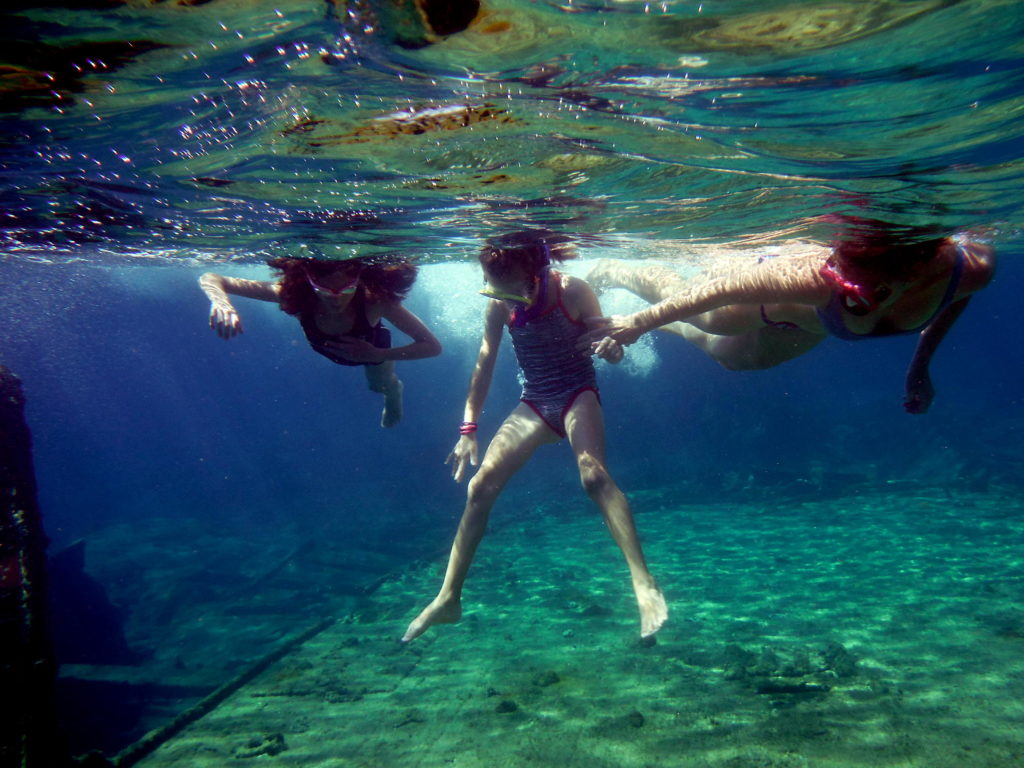 SnorkelShipwreckPointing